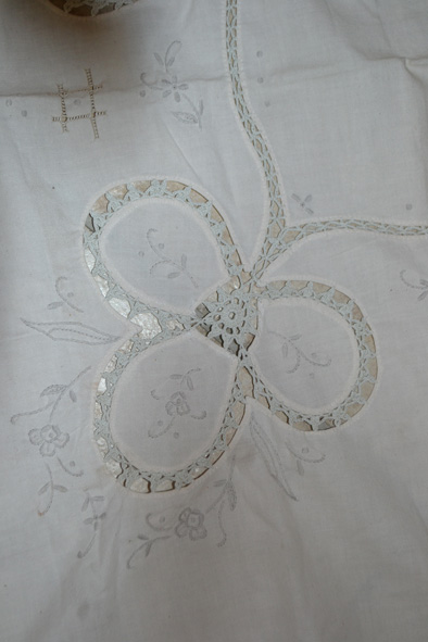 a handmade lace tablecloth ... a bargin at 5€